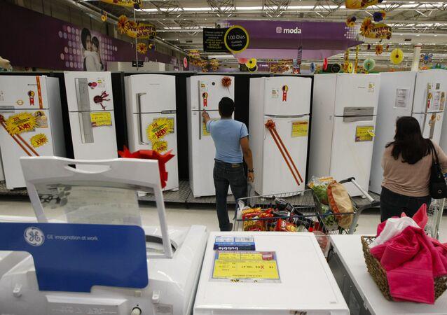 Consumidores conferem produtos em loja da rede Walmart, em São Paulo. Foto de arquivo