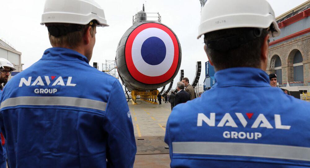 Trabalhadores da Naval Group em frente ao novo submarino nuclear Suffren no estaleiro da empresa na cidade de Cherbourg