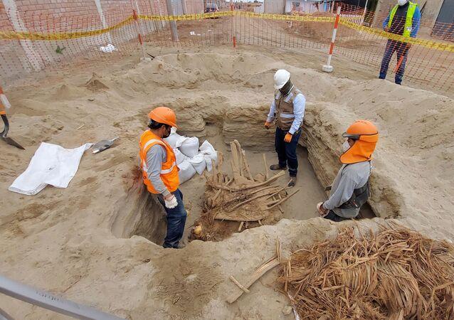 Arqueólogos inspecionam cadáveres encontrados na cidade de Chilca, no sul da capital peruana de Lima