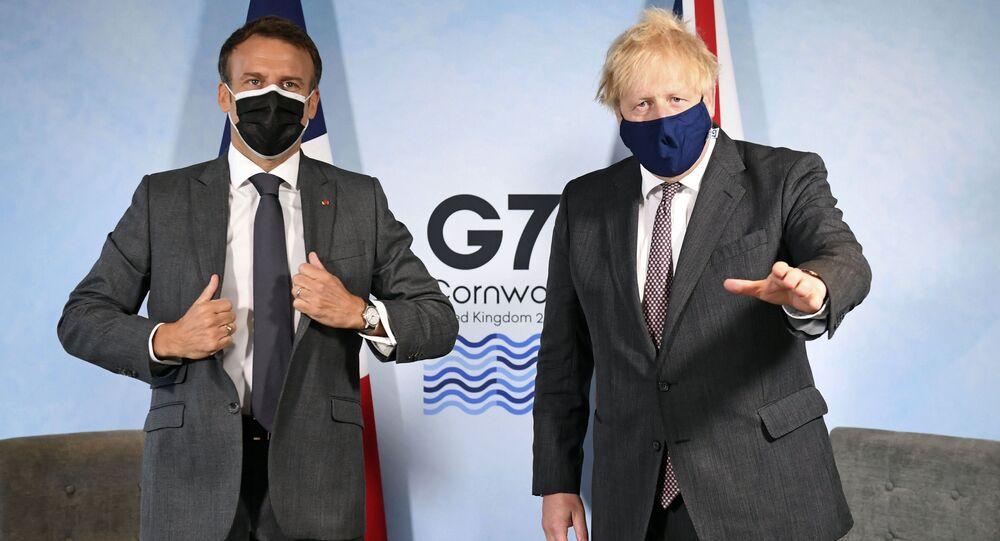 Primeiro-ministro britânico, Boris Johnson (d), e o presidente francês Emmanuel Macron antes de uma reunião bilateral durante a cúpula do G7 na Cornualha, Inglaterra, em 12 de junho de 2021