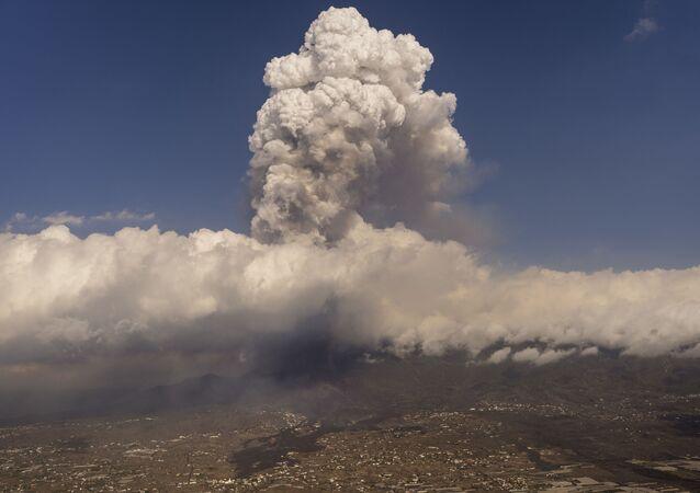 Fluxos de lava de uma erupção vulcânica na ilha de La Palma nas Canárias, 23 de setembro de 2021