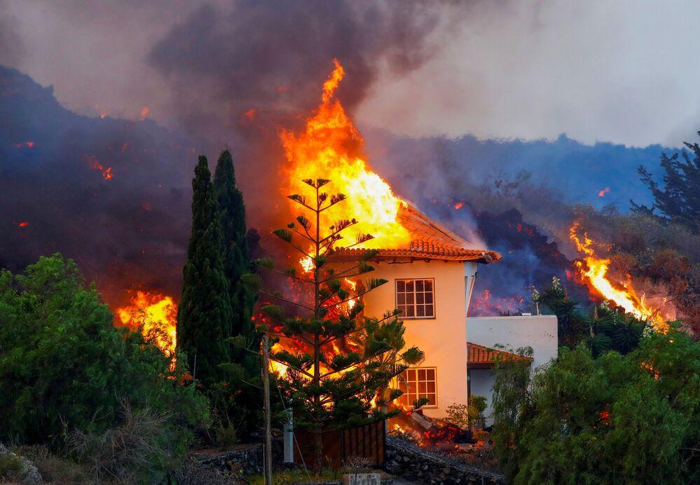 Casa sendo consumida pelas chamas resultantes da erupção do vulcão em La Palma, nas ilhas Canárias, em 20 de setembro de 2021