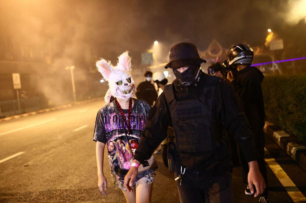 Manifestante usando máscara de animal em protesto contra o governo em Bangkok, na Tailândia, em 19 de setembro de 2021