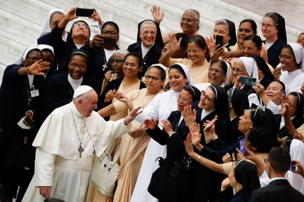 Papa Francisco cumprimenta grupo de freiras no Vaticano, em 22 de setembro de 2021