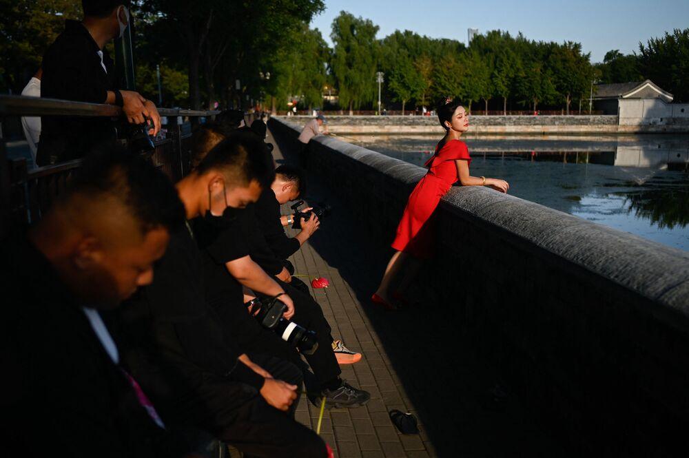 Mulher posa para fotografia no exterior da Cidade Proibida em Pequim, na China, em 22 de setembro de 2021