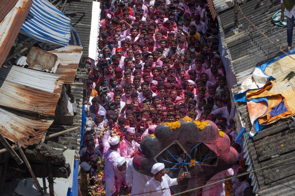 Crentes veneram estátua do deus hindu Ganesha no último dia do festival Ganesh Chaturthi, em Mumbai, na Índia, em 19 de setembro de 2021