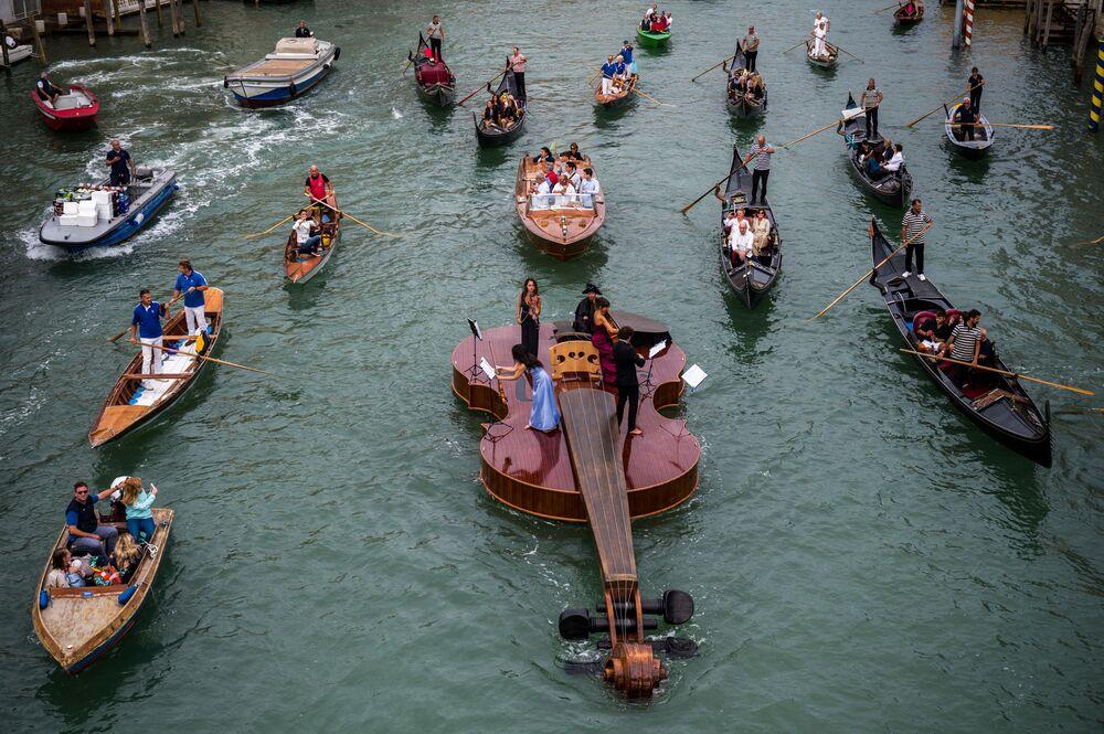 Violino de Noé, esculpido por Livio De Marchi, navega pelo Grande Canal de Veneza, em Itália, para um concerto, em 18 de setembro de 2021
