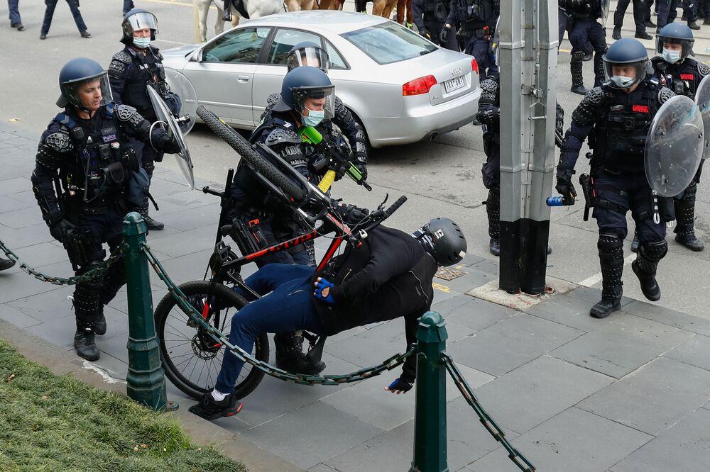 Confrontos entre forças policiais e manifestantes anti-medidas contra a COVID-19 nas ruas de Melbourne, na Austrália, em 21 de setembro de 2021
