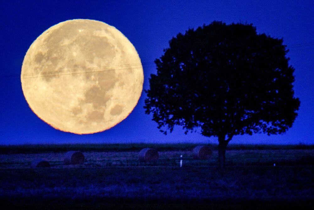 Lua cheia fotografada sobre os montes da região de Taunus, perto de Wehrheim, na Alemanha, em 21 se setembro de 2021