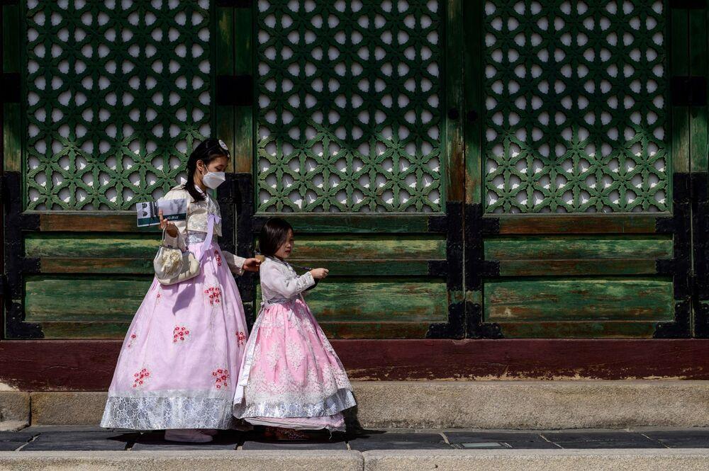 Visitantes usando roupas tradicionais no Palácio Gyeongbokgung em Seul, capital sul-coreana, em 20 de setembro de 2021
