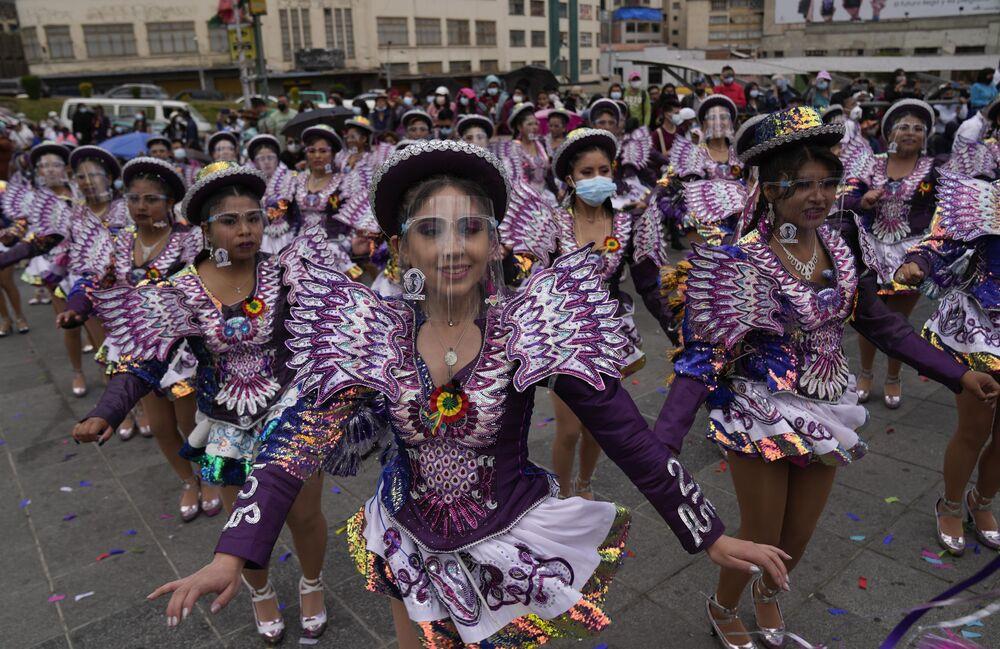 Bailarinas celebrando o festival El Caporal em La Paz, na Bolívia, em 19 de setembro de 2021
