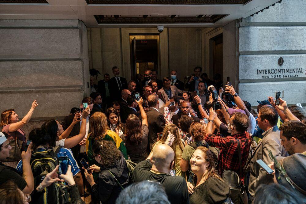 Presidente brasileiro Jair Bolsonaro cumprimenta apoiadores à saída de hotel onde permaneceu no decorrer da 76ª sessão da Assembleia Geral da ONU, em Nova York, em 21 de setembro de 2021