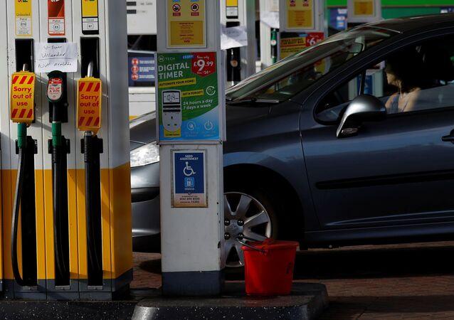 Motorista passa por uma bomba de gasolina sem combustível em um posto de abastecimento da Shell no Reino Unido, 24 de setembro de 2021