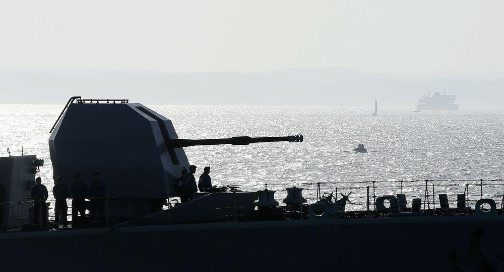 Marinheiros a bordo do HMS Richmond ao lado do canhão de proa enquanto o navio entra no porto de Portsmouth, Reino Unido (foto de arquivo)