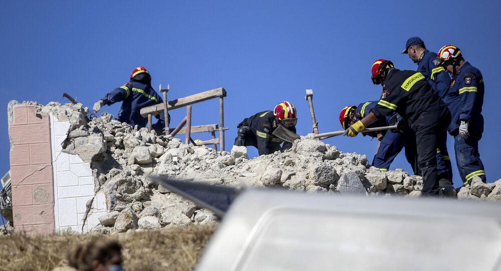 Bombeiros procuram por sobreviventes entre os escombros após terremoto na ilha de Creta em 27 de setembro de 2021