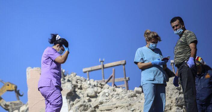 Bombeiros e enfermeiros procuram por sobreviventes entre os escombros de uma igreja na ilha de Creta, em 27 de setembro de 2021
