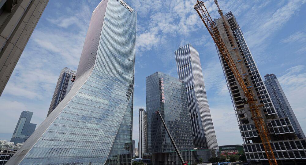 Guindastes em local de construção próximo à sede do Grupo Evergrande da China em Shenzhen, província de Guangdong, China, 26 de setembro de 2021