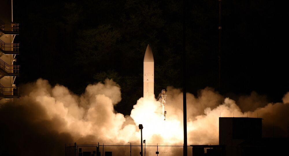 Míssil hipersônico lançado da Pacific Missile Range Facility, Kauai, Havaí, EUA, 19 de março de 2020