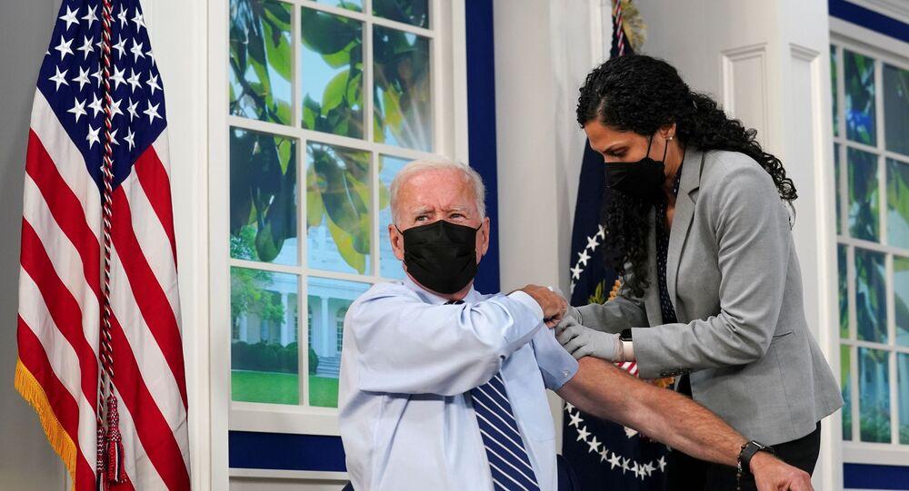 Presidente dos EUA, Joe Biden, recebe dose de reforço da vacina contra a COVID-19 na Casa Branca em Washington, 27 de setembro de 2021