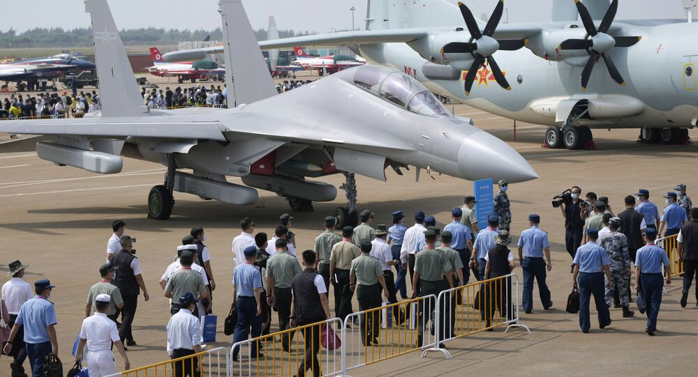 Convidados e oficiais passam por um caça J-16D durante o 13º Show Aéreo da China, 28 de setembro de 2021