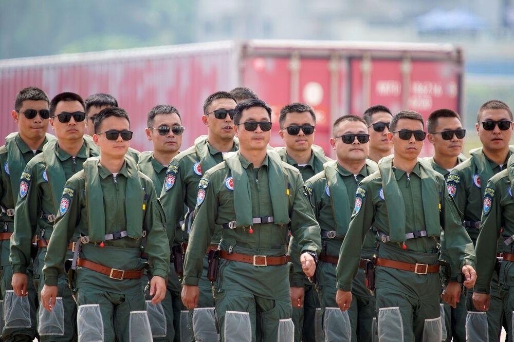 Tripulação da esquadrilha acrobática Red Falcon do Exército de Libertação Popular (ELP) da China no Show Aéreo da China, em Zhuhai, província de Guangdong, China, 28 de setembro de 2021