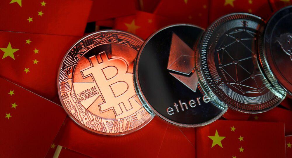 Bitcoin, ethereum e outras criptomoedas no fundo das bandeiras da China (imagem referencial)