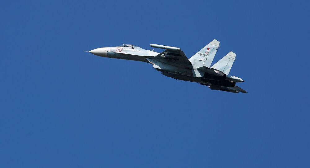 Caça Su-27 multiuso voando na região de Krasnodar, Rússia