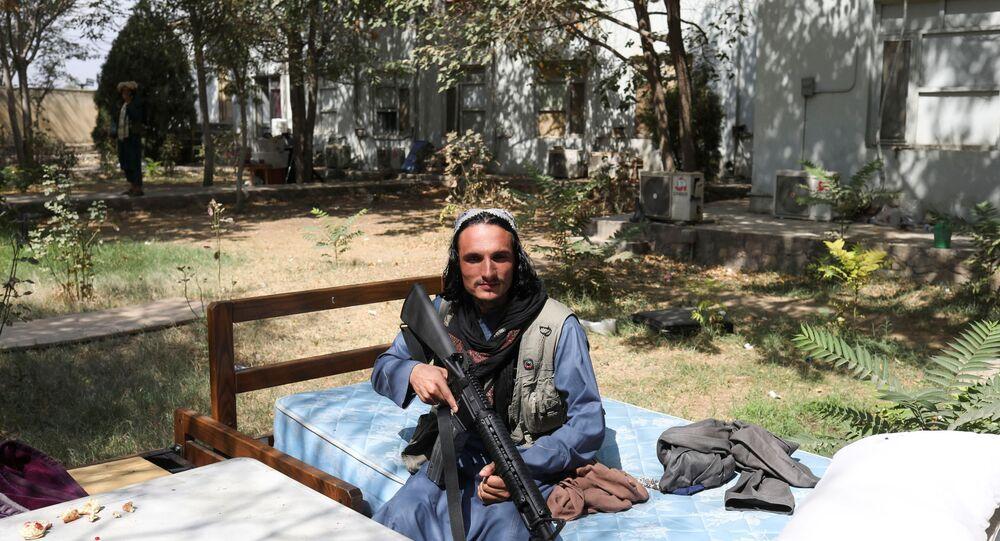 Soldado do Talibã (organização terrorista proibida na Rússia e em vários outros países) sentado em uma cama na Base Aérea de Bagram, Parwan, Afeganistão, 23 de setembro de 2021