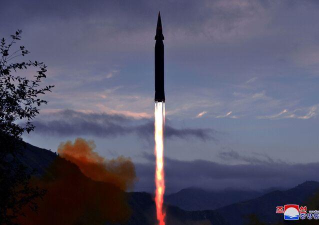Lançamento de novo míssil hipersônico Hwasong-8 na província de Chagang, Coreia do Norte, foto divulgada em 29 de setembro