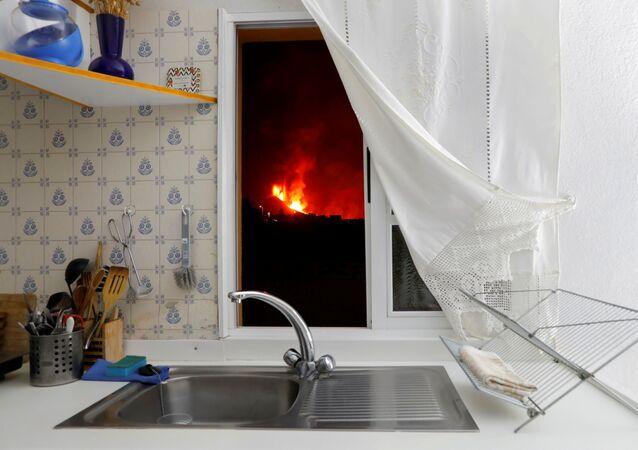 Lava é vista pela janela de uma cozinha no município de El Paso, em La Palma, nas ilhas Canárias, Espanha, 28 de setembro de 2021