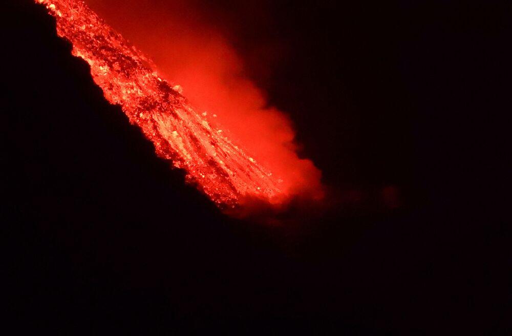 Lava flui para o mar durante a erupção do vulcão Cumbre Vieja, em La Palma, nas ilhas Canárias, Espanha, 29 de setembro de 2021