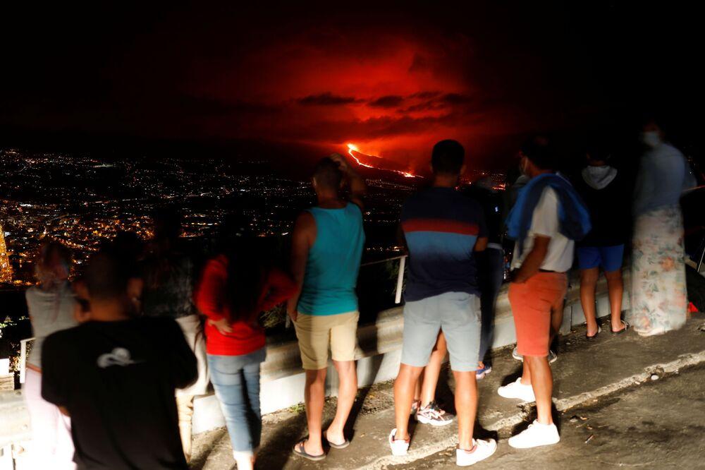 Pessoas assistem à erupção vulcânica em La Palma, nas ilhas Canárias, Espanha, 25 de setembro de 2021
