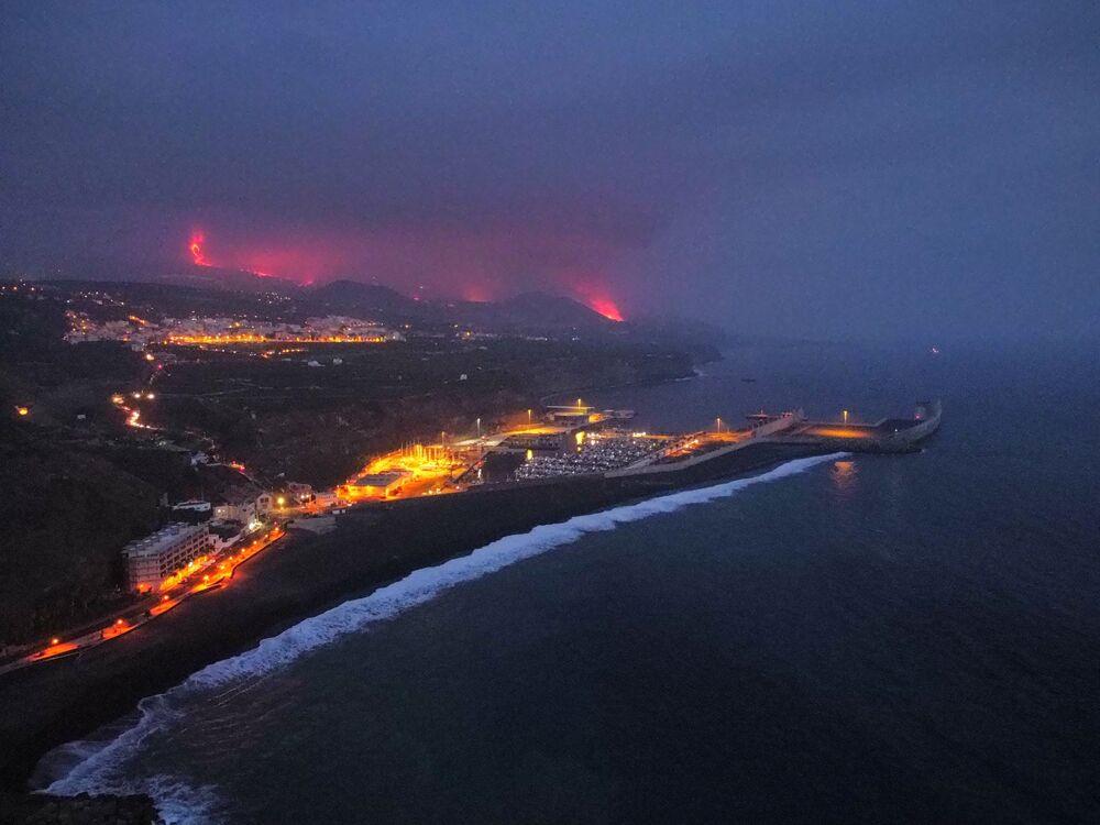 Lava e fumaça durante a erupção vulcânica em La Palma, nas ilhas Canárias, Espanha, 28 de setembro de 2021