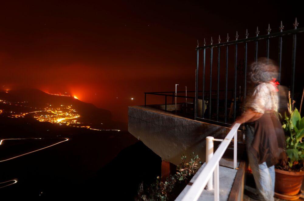 Mulher observa a erupção do vulcão Cumbre Vieja, 28 de setembro de 2021