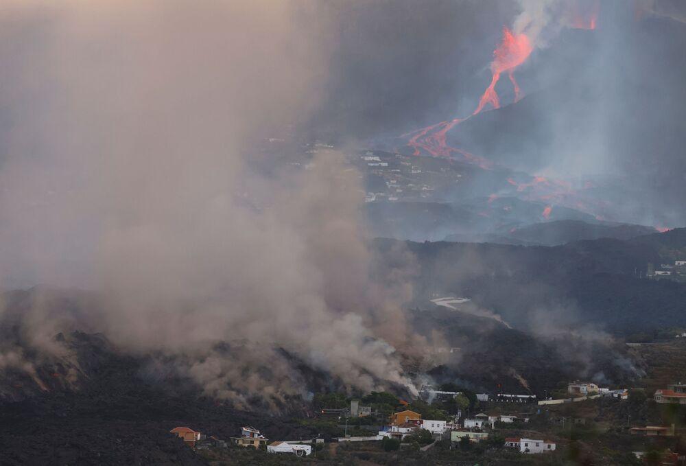 Fumaça sobe durante a erupção do vulcão em La Palma, nas ilhas Canárias, Espanha, 28 de setembro de 2021