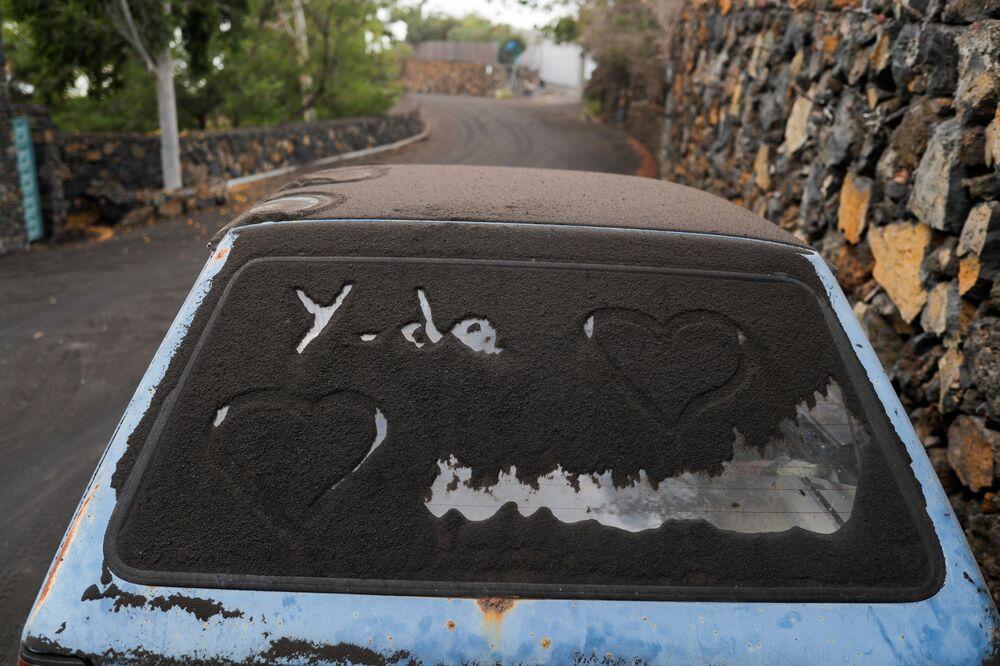 Carro coberto por cinzas após erupção vulcânica em La Palma, nas ilhas Canárias, Espanha, 27 de setembro de 2021