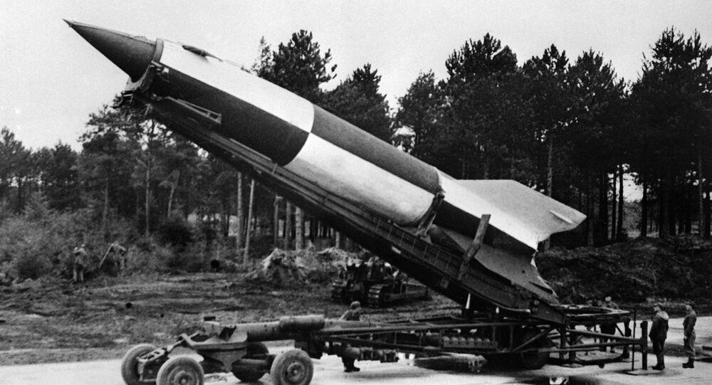 Míssil balístico V2 sendo preparado para lançamento em Cuxhaven, na Alemanha, 15 de outubro de 1945