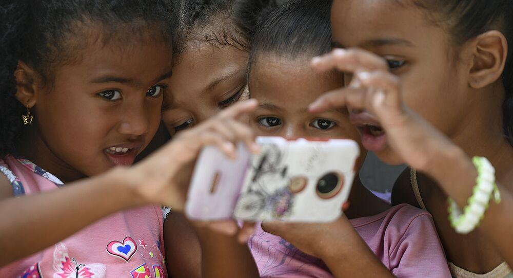 Crianças com celular em Caracas, Venezuela