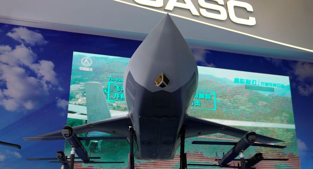 Modelo de drone FH-97 da Feihong é visto de frente em exibição na Exposição Internacional de Aviação e Aeroespacial da China, ou Show Aéreo da China, em Zhuhai, província de Guangdong, China, 29 de setembro de 2021