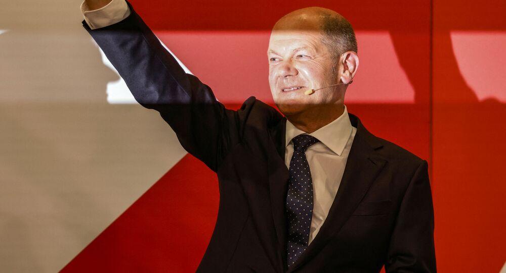 Olaf Scholz acena no palco na sede do Partido Social-Democrata (SPD) após as eleições gerais alemãs, em 26 de setembro