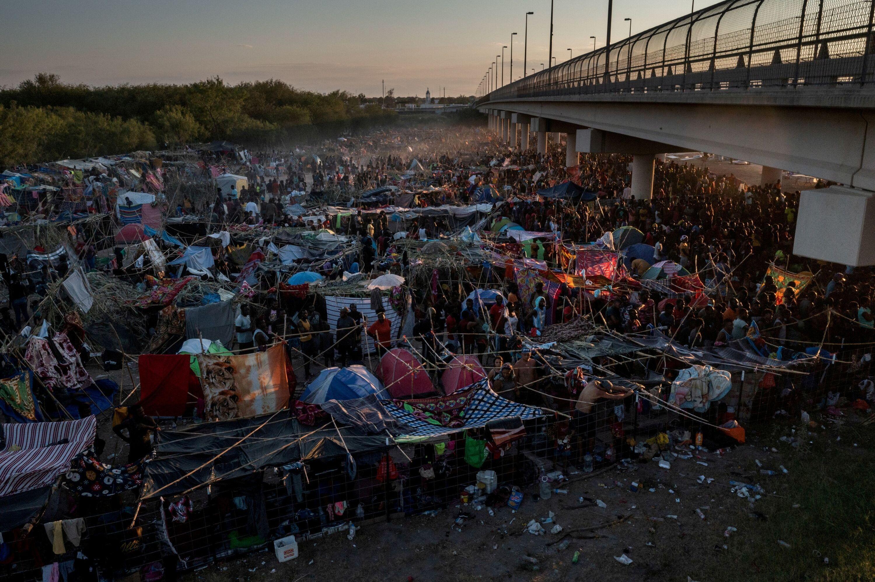 Migrantes se abrigam ao longo da ponte internacional que liga os EUA ao México, em 19 de setembro de 2021