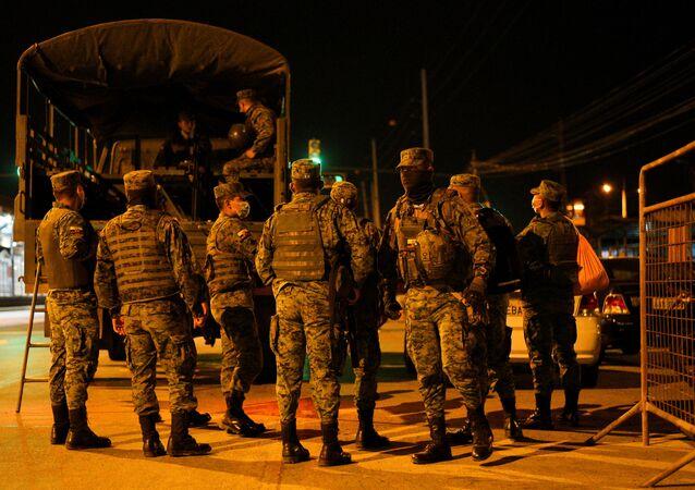 Militares no exterior da Penitenciaria del Litoral, uma das maiores prisões do Equador, após os confrontos mortíferos, Guayaquil, 29 de setembro de 2021