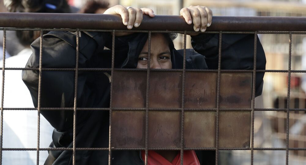 Parente de preso aguarda notícias fora da Penitenciária del Litoral em Guayaquil, Equador, 29 de setembro de 2021