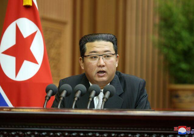 Líder norte-coreano Kim Jong-un durante seu discurso na sessão da Assembleia Popular Suprema, Pyongyang, 30 de setembro de 2021