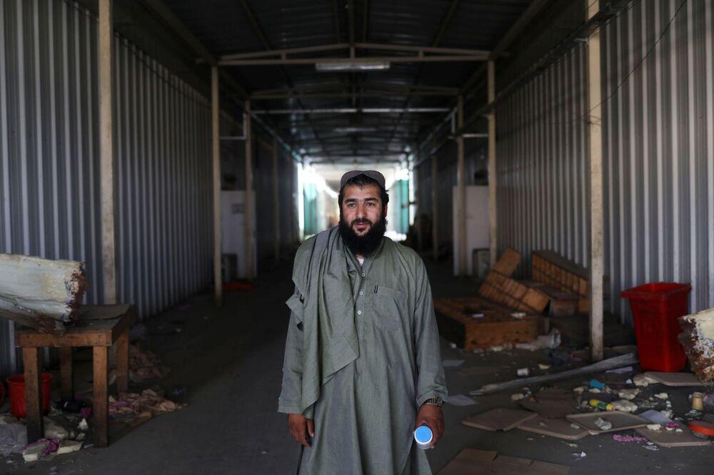 Soldado talibã e ex-prisioneiro posa para foto na base aérea de Bagram, na província de Parwan, Afeganistão, 23 de setembro de 2021