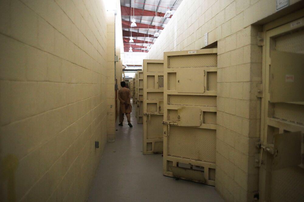 Homem caminha pelo corredor da prisão da base aérea de Bagram, na província de Parwan, Afeganistão, 23 de setembro de 2021