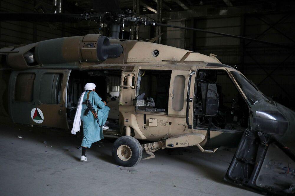 Soldado do Talibã entra em um helicóptero na base aérea de Bagram, na província de Parwan, Afeganistão, 23 de setembro de 2021