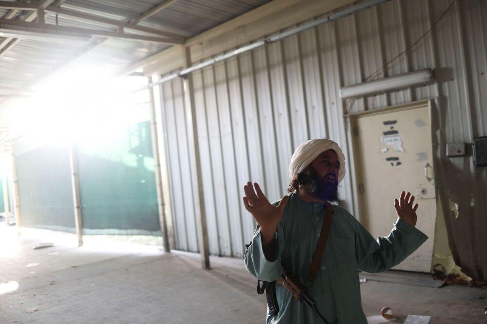 Soldado talibã armado e ex-prisioneiro gesticula na base aérea de Bagram, na província de Parwan, Afeganistão, 23 de setembro de 2021