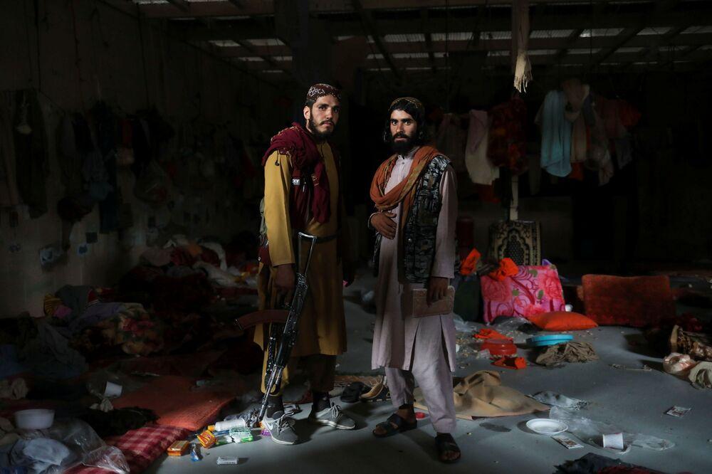Soldados islamistas posam para foto em uma cela da prisão na base aérea de Bagram, na província de Parwan, Afeganistão, 23 de setembro de 2021