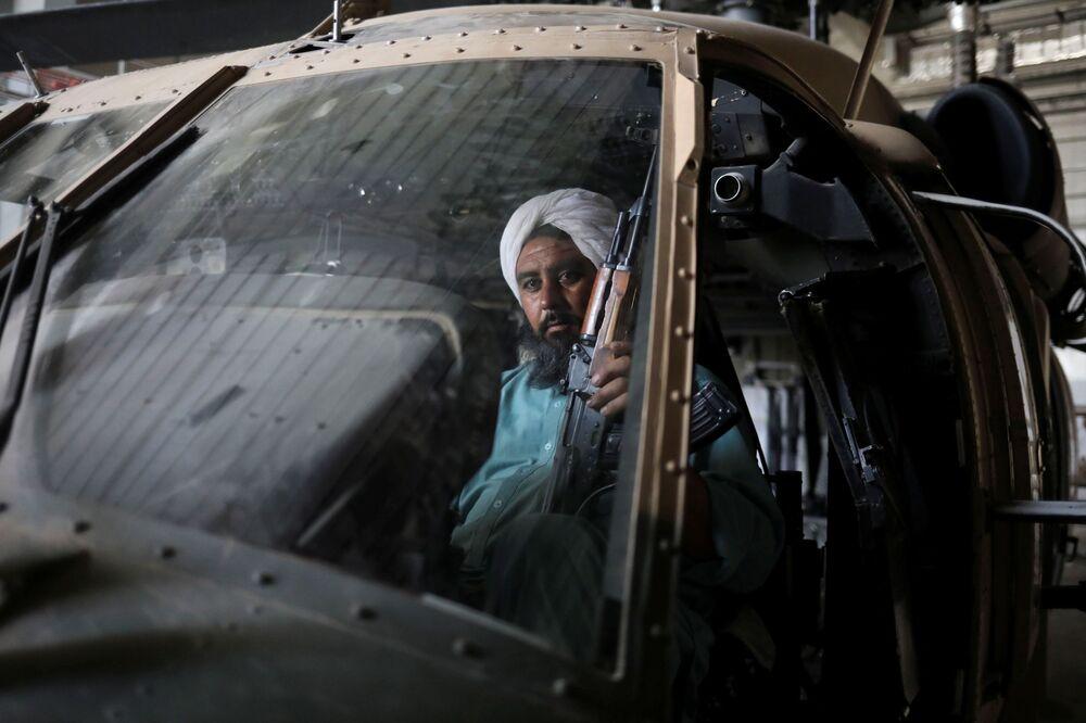 Soldado talibã armado e ex-prisioneiro em um helicóptero militar na base aérea de Bagram, na província de Parwan, Afeganistão, 23 de setembro de 2021